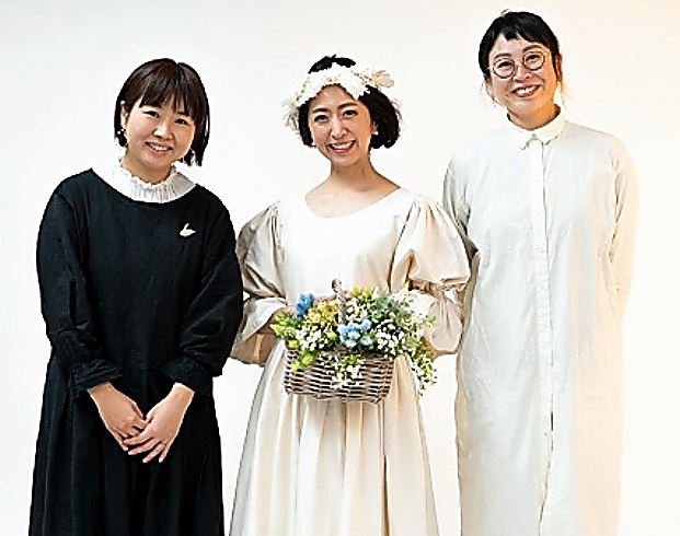 ウェディングドレス姿の谷川史奈子さん(中)=本人提供