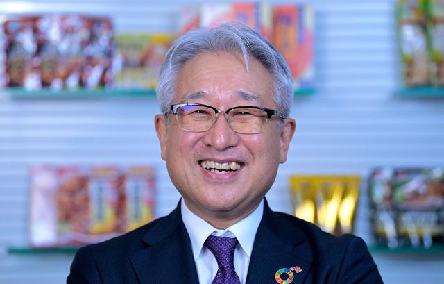 自社製品の前で撮影に応じる味の素の西井孝明社長。インスタントみそ汁の作り方で話が弾み、和やかに撮影が進んだ=2021年3月5日午後、東京都中央区、加藤諒撮影