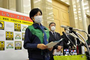 東京都モニタリング会議後、記者団の取材に応じる小池百合子知事=2021年5月13日、東京都庁
