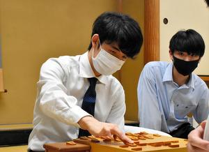 対局を振り返る藤井聡太二冠(左)=2021年5月14日午前0時40分、東京都渋谷区