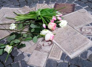 ミュンヘン大学にある反ナチスのビラをかたどったモニュメント。白いバラが捧げられていた=2021年5月8日、ドイツ南部ミュンヘン、野島淳撮影