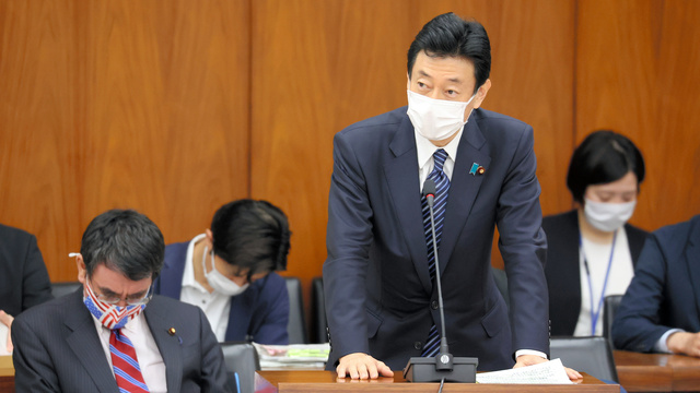 衆院内閣委で、北海道などに緊急事態宣言を出すことを質問され、答弁する西村康稔経済再生担当相=2021年5月14日午前9時45分、国会内、上田幸一撮影