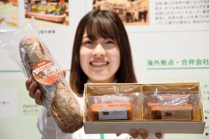 敷島製パンが開発した「コオロギのバゲット」(左)と「コオロギのフィナンシェ」=2021年4月28日、名古屋市東区、根本晃撮影