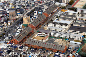 旧陸軍被服支廠。4棟の建物がL字形に並ぶ=2020年2月5日午前10時58分、広島市南区、小杉豊和撮影