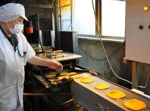 パン粉がまぶされ、揚げの工程に入るフィッシュカツ=2021年4月、徳島県小松島市南小松島町、伊藤稔撮影