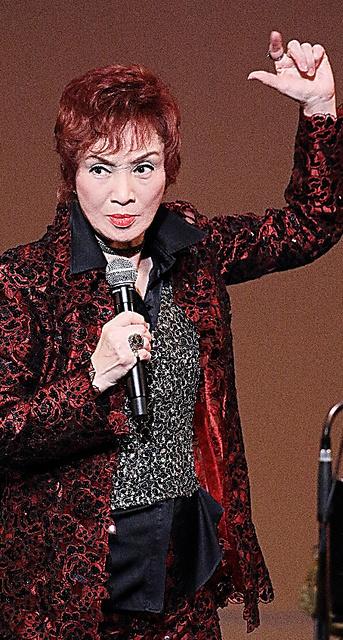 今年3月、東京都内で舞台に立つ汀夏子さん。まぶしすぎる男役オーラを全身から放つ=大野洋介撮影