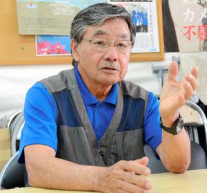 インタビューに応じる稲嶺進・前名護市長=2021年4月8日午後、沖縄県名護市