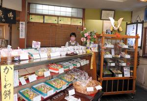 職人手づくりの和菓子が並ぶ「松月堂」の店内=東京都調布市小島町1丁目