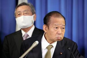 自民党の二階俊博幹事長(右)と林幹雄幹事長代理=2021年4月26日、東京都千代田区の自民党本部、上田幸一撮影