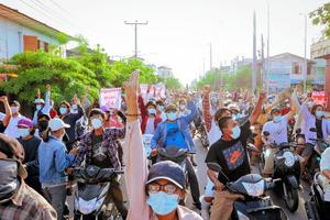 ミャンマー第2の都市マンダレーで抗議デモに参加する人々。5月16日にソーシャルメディアから入手した=ロイター