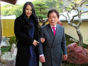 野崎幸助さん(右)と須藤早貴容疑者=ジャーナリスト吉田隆氏撮影
