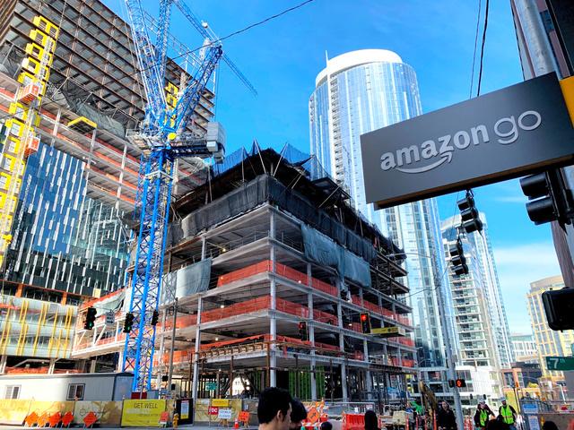 急成長を遂げるアマゾン。本社付近では関連ビルの建設ラッシュだった=2019年3月、米シアトル、江渕崇撮影