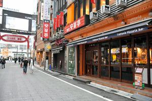 飲食店が並ぶ歌舞伎町の大通りでは、休業している店も多く人通りはまばらだった=2021年5月18日午後4時、新宿区
