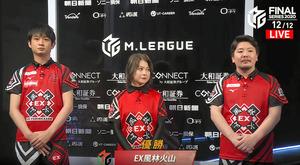 初優勝を決めた風林火山の(右から)勝又健志、二階堂亜樹、滝沢和典の3選手=ABEMA提供