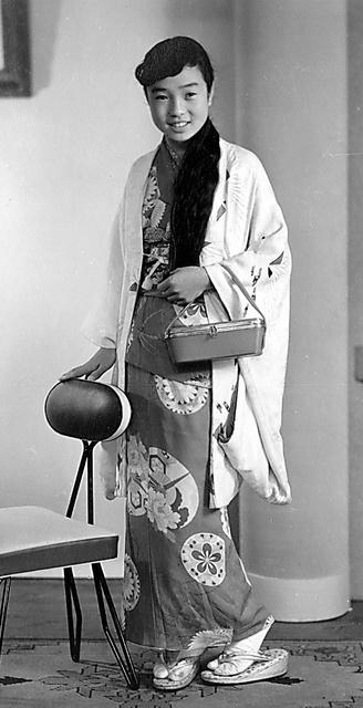髪を長く伸ばしていた。お正月に写真館で=1958年、本人提供