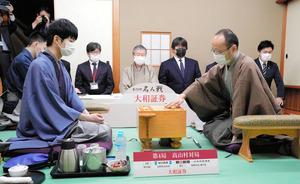 渡辺明名人(右)が初手を指し第4局が始まった。左は斎藤慎太郎八段=2021年5月19日午前9時、長野県高山村の藤井荘、迫和義撮影