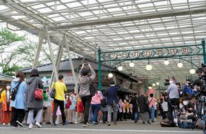 リニューアルオープンした西武園ゆうえんちに入場する人たち=2021年5月19日午前9時10分、埼玉県所沢市、関田航撮影