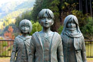 「進撃の巨人」の主人公エレン(中央)、幼なじみのアルミン(左)、ミカサ(右)の銅像。作者の諫山創さんの故郷、大分県日田市の大山ダムにある