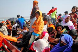 バングラデシュ南東部コックスバザールの難民キャンプから昨年12月、バシャンチャールに船で向かう難民たち=ロイター
