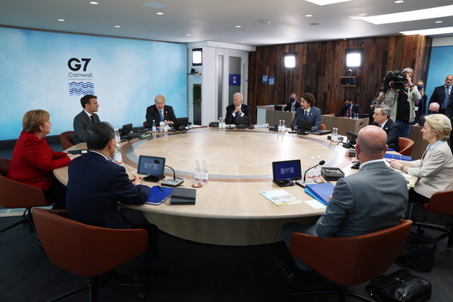 G7サミットのセッションに臨む(左端から時計回りに)メルケル独首相、マクロン仏大統領、ジョンソン英首相、バイデン米大統領、トルドー・カナダ首相、ドラギ伊首相、フォンデアライエン欧州委員長、EUのミシェル首脳会議常任議長、菅義偉首相=11日、英国・コーンウォール、代表撮影