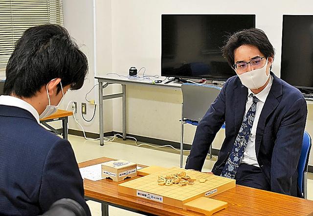 終局後、対局室とは別の部屋でインタビューに答える佐々木勇気(右)。左は藤井聡太=2020年6月25日、東京都渋谷区