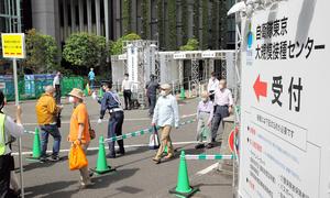 「自衛隊大規模接種センター」を訪れた人たち=2021年5月24日午前8時53分、東京・大手町、川村直子撮影