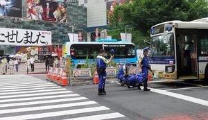 男性が路線バスにひかれた現場の横断歩道近くでは、捜査員が鑑識作業を続けていた=2021年6月14日午前11時15分、東京都渋谷区、増山祐史撮影