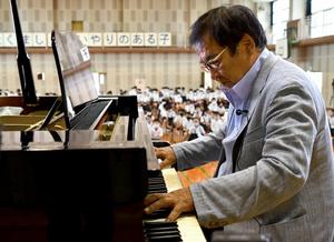 ピアノを弾く徳永義昭さん=2021年6月2日午前9時19分、佐賀市川副町鹿江、松岡大将撮影