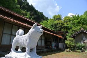 石が飼われていた下山信市氏の家。2019年に石像が建てられた=島根県益田市、太田匡彦撮影