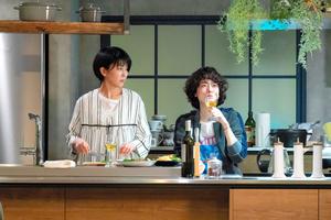 「大豆田とわ子と三人の元夫」4話から。松たか子と市川実日子が「やみつきモヤシ」を作り「最後の晩餐(ばんさん)」を語る場面=関西テレビ提供