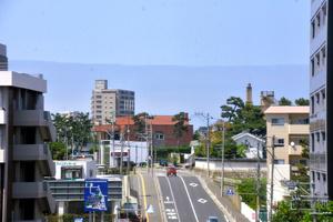 新潟市街地の奥の日本海上に広がる層積雲。山脈の稜線(りょうせん)のようにも見える=2021年6月15日午後1時37分、新潟市、里見稔撮影