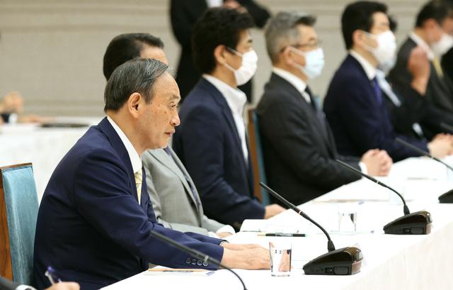 政府与党連絡会議で発言する菅義偉首相(左端)=2021年6月15日午後、首相官邸、藤原伸雄撮影