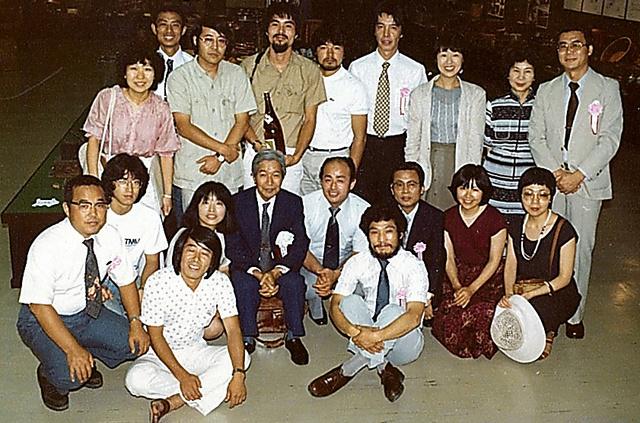 三重県の志摩民俗資料館(閉館)の設立業務を担った日本観光文化研究所のメンバー(中央付近に宮本常一、本人は右端)=1980年