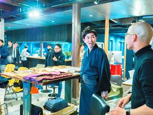 京都で開催されたものづくりのイベントに参加し、袈裟(けさ)や法衣について紹介した=昌子久晃さん提供