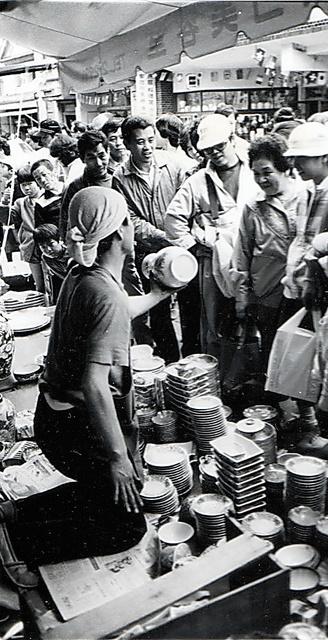 活気あふれる陶器市=1982年、愛知県瀬戸市、本人撮影