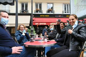 パリで5月、カフェのテラス営業が7カ月ぶりに再開し、コーヒーを味わう人々=5月19日、疋田多揚撮影