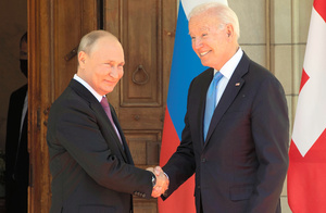 ジュネーブで16日、首脳会談の会場に到着し、握手を交わすバイデン米大統領(右)とロシアのプーチン大統領=AP