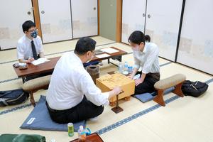 第63期王位戦予選の対局で有森浩三七段(左)に勝った里見香奈女流四冠(右)=2021年6月17日午後、大阪市福島区の関西将棋会館、日本将棋連盟提供