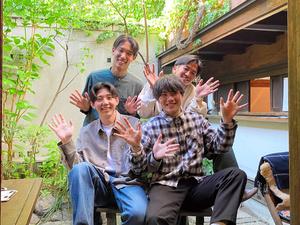 「いちらカフェ」を始めた山梨学院大学の4人のメンバー。左後ろは小澤恭也さん、右後ろが小野真稔さん、手前右が中村涼さん、手前左は児玉征哉さん=中村さん提供(撮影の時だけマスクを外しています)