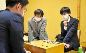 対局を振り返る芝野虎丸王座(右)と余正麒八段(左)。中央は検討に加わる蘇耀国九段=2021年6月17日午後9時31分、東京・市ケ谷の日本棋院、村上耕司撮影