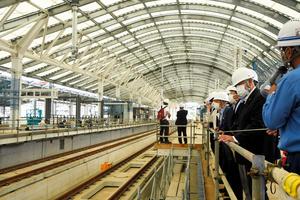 公開された西九州新幹線の長崎駅ホーム。屋根は日光が差し込む構造で、アーチも特徴的だ=2021年6月16日午後1時39分、長崎市尾上町、米田悠一郎撮影