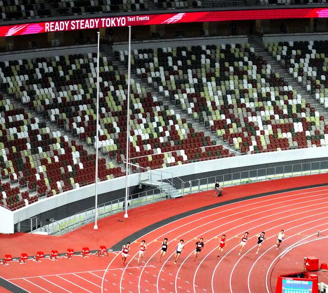 無観客の国立競技場で開かれた陸上のテスト大会で走る選手たち=2021年5月9日、東京都新宿区