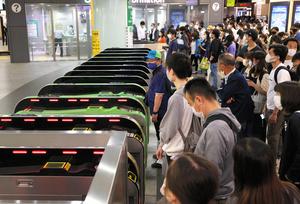 停電でJR山手線などが運休となり、締め切られたJR新宿駅の改札口前で運転再開を待つ人たち=2021年6月20日午後8時48分、東京都新宿区、林敏行撮影
