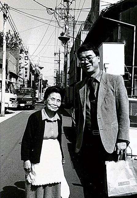 語り部のお秀さんと=1987年ごろ、名古屋市の中村遊郭跡、本人提供