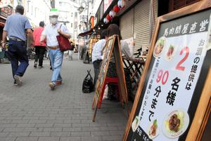 東京・赤羽の一番街商店街では、この日から条件付きで酒類提供を再開した店に、日中から続々と客が足を運び、テラス席を埋めていた=2021年6月21日、東京都北区赤羽1丁目、山口啓太撮影