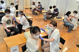 日本大学でも新型コロナウイルスワクチンの接種がスタート。都心のキャンパスで学生が15カ所にわかれて接種を受けていた=2021年6月21日午後、東京都千代田区、高浜行人撮影