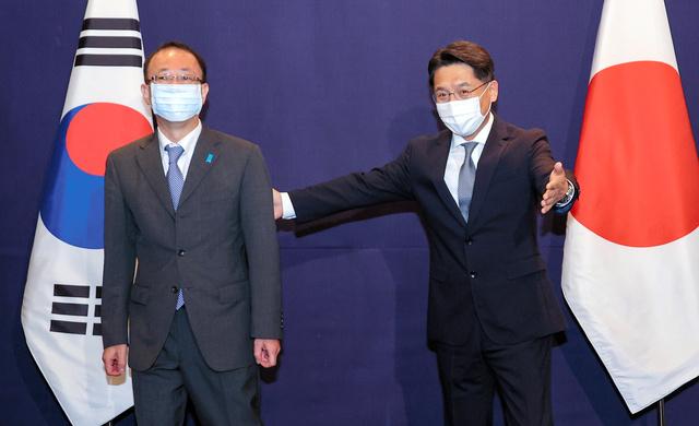 ソウル市内のホテルで2021年6月21日、北朝鮮問題をめぐる日米韓協議に出席した外務省の船越健裕アジア大洋州局長(左)と韓国外交省の魯圭悳・朝鮮半島平和交渉本部長=東亜日報提供