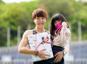 4月の織田幹雄記念国際、女子100メートル障害を日本新記録で優勝した寺田明日香(左)。長女の果緒さんと表彰台に上がった