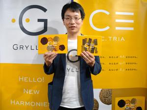初の自社ブランド商品を手にする渡辺崇人CEO=2021年6月22日午前10時32分、徳島市新蔵町2丁目の徳島大、斉藤智子撮影