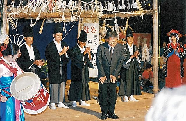歴史公園「中世夢が原」でイベント「大神楽」を催し、あいさつする神崎さん(中央手前)。韓国から舞踊団を招いた=2003年、本人提供